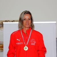 Sonja Kaspar mit ihrer Goldmedaille Seniorinnen 60 Liegend