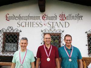Die Medaillengewinner im Liegendbewerb (v.l.): Alois Larcher (2.), Christof Melmer (1.), Martin Larcher (3.)